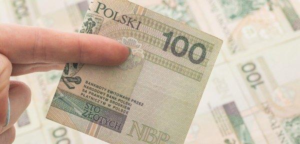 banknot 100 zł w palcach