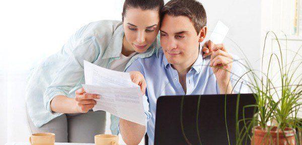 kobieta pokazuje mężczyźnie dokumenty