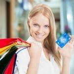kobieta z torbą zakupową i kartą kredytową