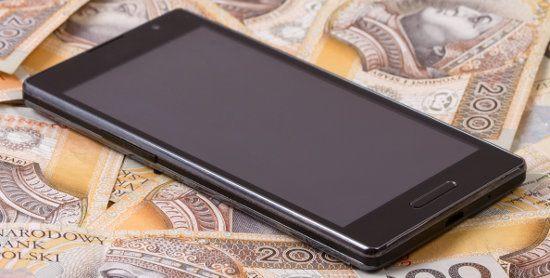 telefon komórkowy leży na 200 zł banknotach