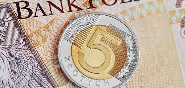 na 200 zł leży moneta 5 zł