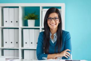 uśmiechnięta młoda kobieta w biurze