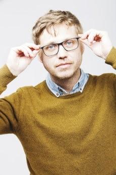 Mężczyzna poprawia okulary