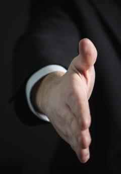 mężczyzna podaje dłoń