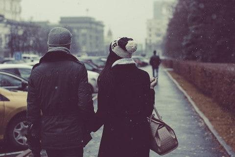 spacerująca para